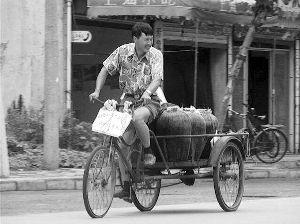 江苏如皋摄影师十余年间拍摄百万张市民照片