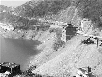 是通向长江村的入口.这里,曾在1985年6月发生震惊中