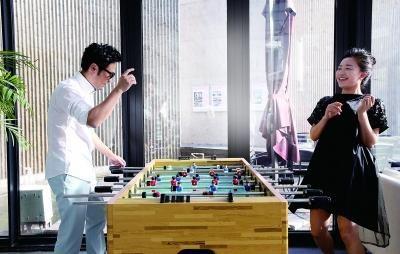王铮亮与妻子文薇玩桌上足球