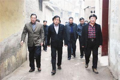 城中村改造等相关工作的展板,出席了由乡贤街办事处党政班子成员,社区