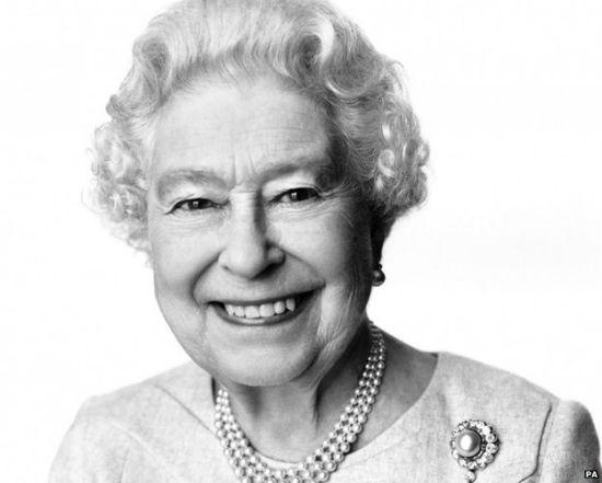 英女王21日迎88岁生日王室公布其最新肖像(图)