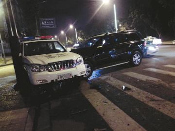 奔驰车撞完出租车又撞上一辆警车-成都内江无牌奔驰 撞飞出租又撞警