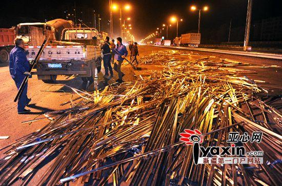 乌鲁木齐市一货车绳子断裂一车龙骨堵了河滩路2小时