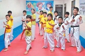 台灣11歲男童護母用跆拳道打趴搶匪 事后嚇哭了