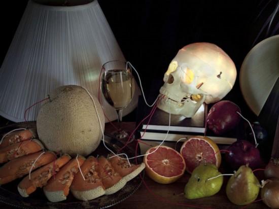 【环球网综合报道】英国知名摄影师凯莱布查兰(Caleb Charland)最擅长的就是将看不见的科学原理变成艺术,他的早期作品曾利用手电筒、蜡烛和磁铁向人们展示基本的科学原理。据英国《连线》杂志4月21日报道,查兰近日推出了新作品《回归灯光》系列,使用水果和蔬菜为LED灯供电,让人惊叹不已。 据报道,《回归灯光》的灵感来自摄影师中学时经典的土豆电池实验,原理是通过蔬菜中的酸和电解质产生电能。查兰的实验对象不仅仅是土豆,他曾用酸橙做成一个临时电池,用一堆苹果为吊灯供电,甚至仅用一颗橘子就能让一盏灯亮起来。