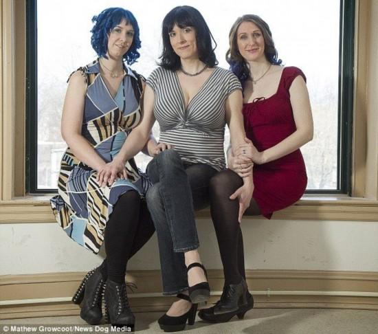 同性恋女����_美国3名女同性恋结婚 组成3人家庭
