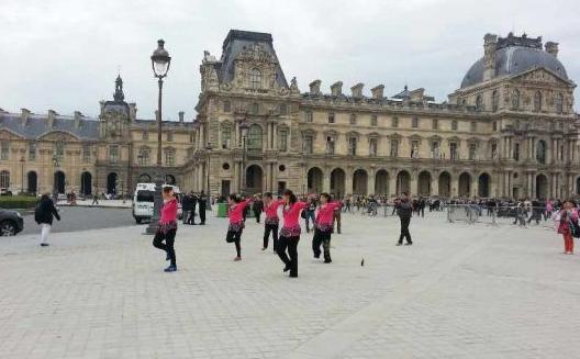 在法國跳舞的大媽們