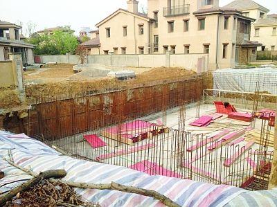"""南京江宁豪华别墅业主挖""""地宫""""挖塌公共围墙"""