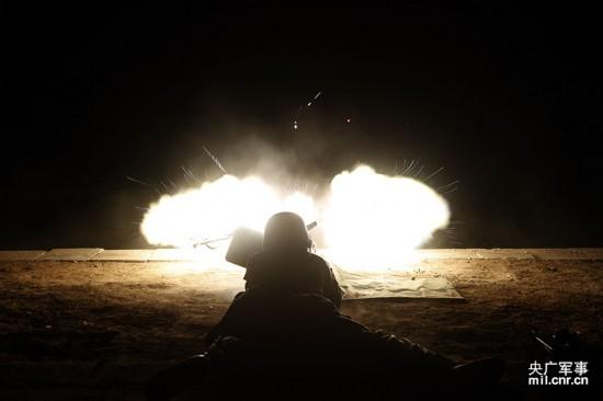 兰州军区某钢铁团:重机枪夜间射击场面壮观(图