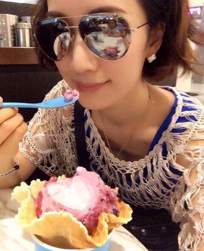 辣妈李念戴墨镜吃冰淇淋 早年游艇照被质疑炫富