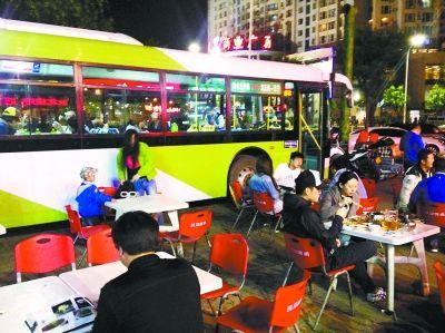 北京一烧烤店躲城管 大排档开进公交车