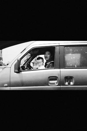 爷爷开车3岁孙子扶方向盘交警:抱孩童开车违法