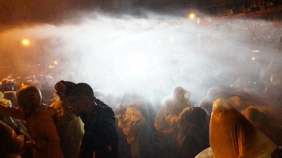 台湾反核民众大游行警方洒水驱离爆冲突