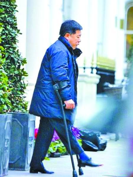 """马廷强,香港富豪,人称香港第二代跛豪,是香港""""东方报业集团""""创办人之一马惜如之子,身价上亿港币、有""""残障富豪""""之称,个性低调。2009年1月,与香港演员黎姿结婚。2010年7月24日黎姿入住旧山顶道嘉诺撒医院的黎姿,剖腹生下双胞胎,大女儿重约5斤多,而小女儿约3斤多。"""