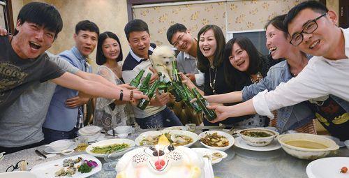 温州土豪为宠物狗设宴办满月酒朋友受邀吓一跳
