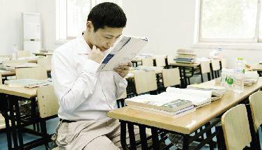 曹小龙看书的时候要把书本拿得很近。本报记者 刘源摄