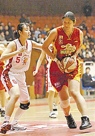黄红熙/黄红熙教茅坪村的孩子们打篮球