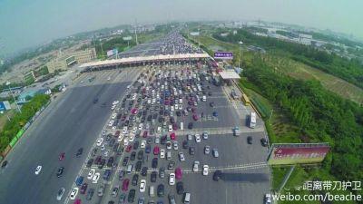 5月1日江苏高速拥堵严重 再现遛狗散步景象