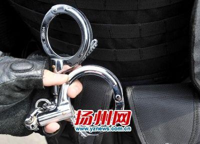 揭秘扬州武装巡特警:手枪警棍等武器一应俱全