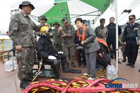 朴槿惠访客轮沉没事发地 慰问家属和潜水员