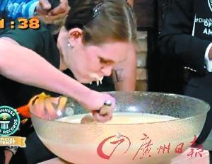 女子3分钟吞下10斤布丁 破吉尼斯记录(图)