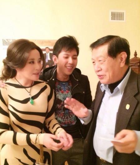 刘晓庆肉色虎纹装美国会友