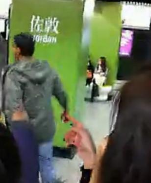 印度男子香港地铁内打晕乘客 乘客仅指责无人阻拦