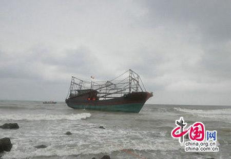 海南临高一渔船搁浅漏水 消防救出6名被困者