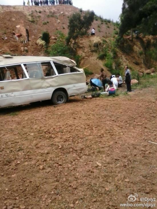 四川载21名学生中巴车翻下悬崖 伤亡情况正核实