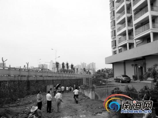 海口私宅主人垫高附近道路 居民出行受影响
