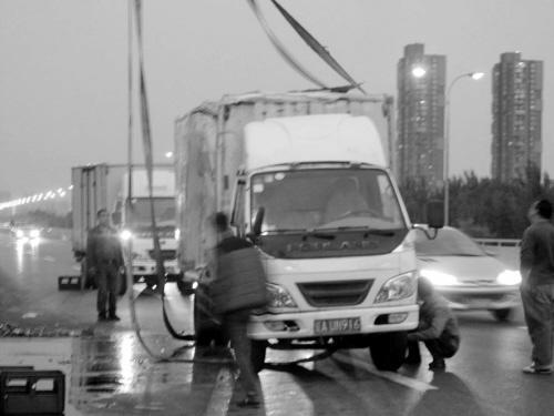 """哈尔滨货车满载啤酒侧翻 马路变身""""啤酒街"""""""