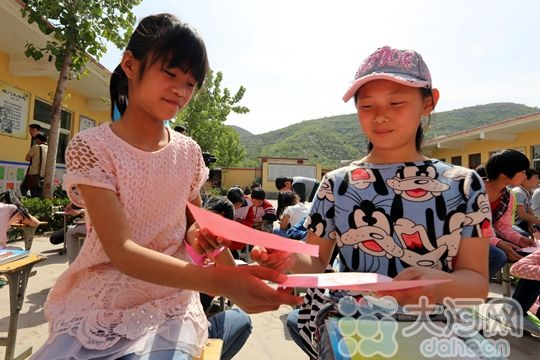 安阳县/看着捐赠给他们的彩铅小学生们很开心