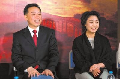 李胜素 于魁智/于魁智(左)、李胜素在发布会现场介绍该剧。京华时报记者吴...