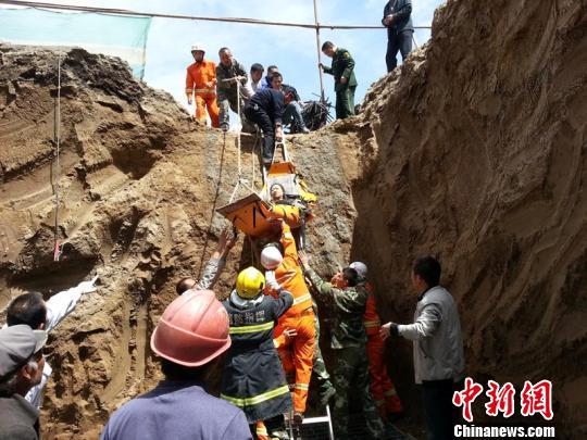 甘肃景泰一学校建筑工地塌方 四工人被埋
