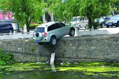 司机误把油门当刹车 连云港轿车半挂护河栏杆