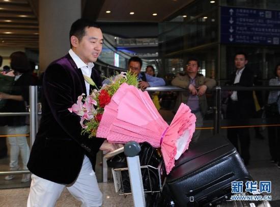 中国乒乓球队回国载誉向再华健美图片