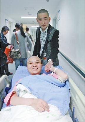 患癌女孩剪长发做开颅手术丈夫跟着剃光头(图)