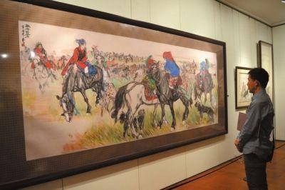 观众在观看黄胄作品《欢腾的草原》。 京华时报记者谭青摄
