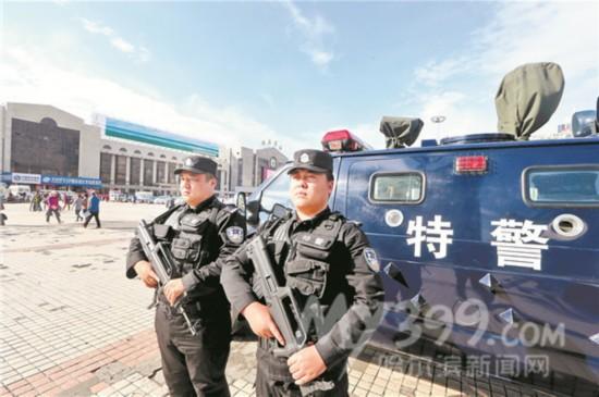 哈尔滨/站前广场上的特警。