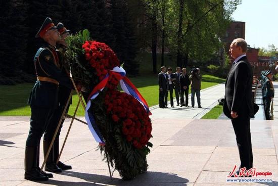 高清组图:普京向无名烈士墓敬献花圈