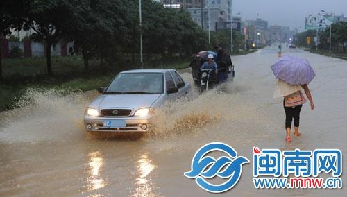 多地遭遇暴雨袭击 厦门泉州多趟航班延误动车晚点