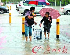 水浸深圳动车停运2000辆车被淹 暴雨灌城街道