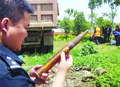 南京城管清除废品时发现一枚高射炮弹