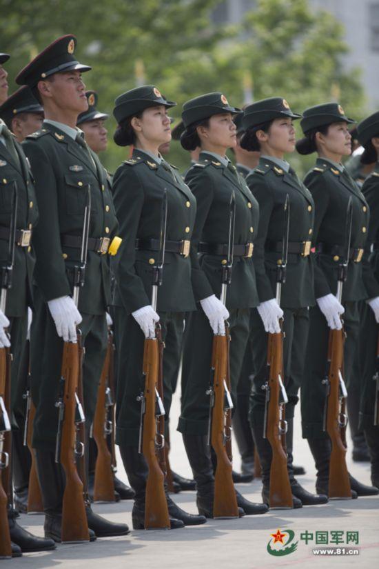 军方曝光首批仪仗女兵训练秘照 走得齐站得齐