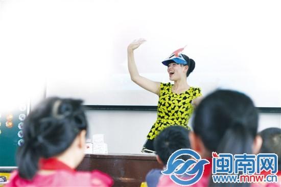 女生美女教师自制英语视频教学获省优秀课例阳光乡村动漫图片图片