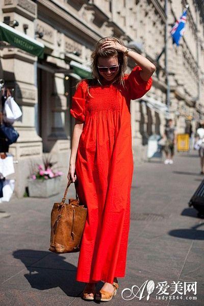 搭配:亮红色雪纺连衣长裙+棕色皮革手提包+低跟凉鞋