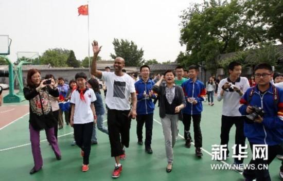 #(体育)(1)篮球――马布里走进校园秀球技