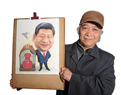 2014 年2 月,朱自尊和他创作的习近平肖像漫画.-领导人漫画创作者 图片