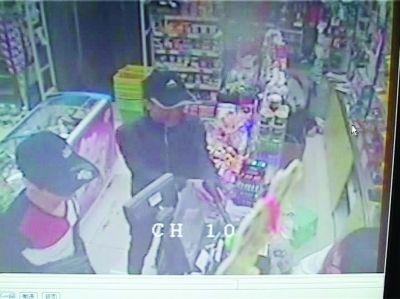 南京两小伙持假枪打劫 抢走超市4000多元