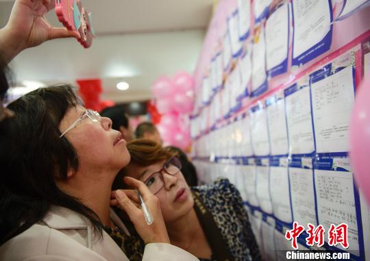 """内蒙古举行万人相亲会:父母比子女更""""着急"""""""